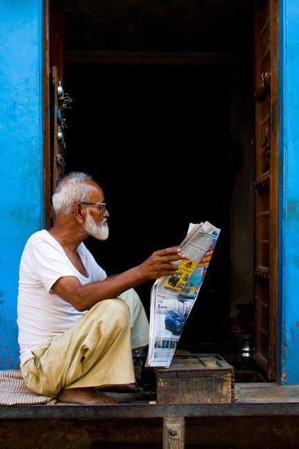 Persona leyendo un periódico
