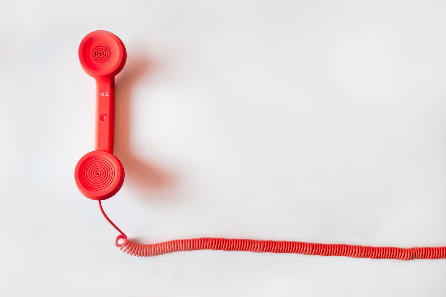Foto de un teléfono rojo.